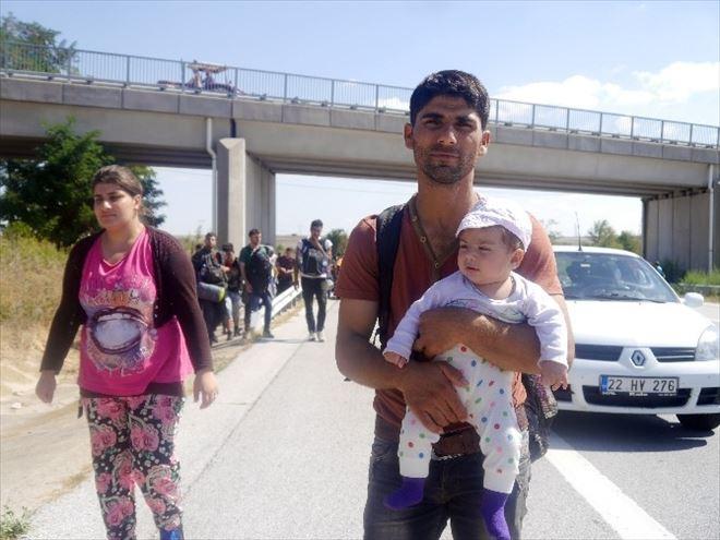 Suriyeliler Edirne'ye Otobandan Yürüyor