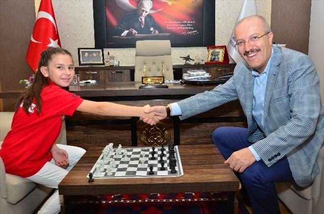 Satranç Şampiyonu Başkanla Satranç Oynadı