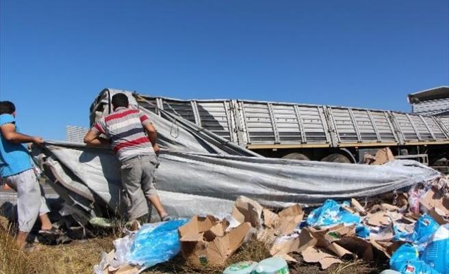 Bolu'da Deterjan Yüklü Tır Devrildi