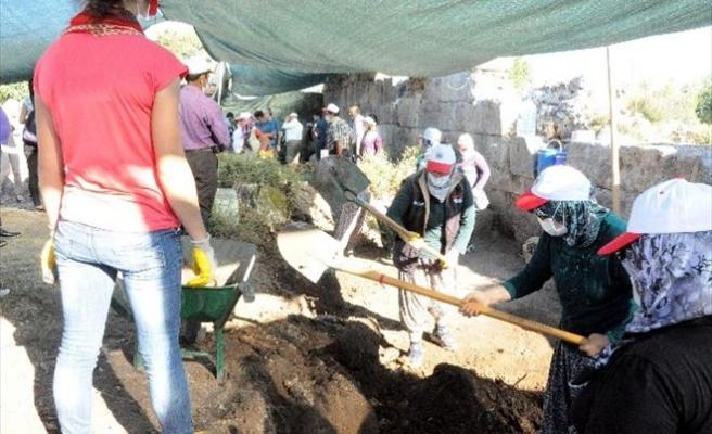 Antalya'da Tarihi Kazılar Ev Kadınlarına Emanet
