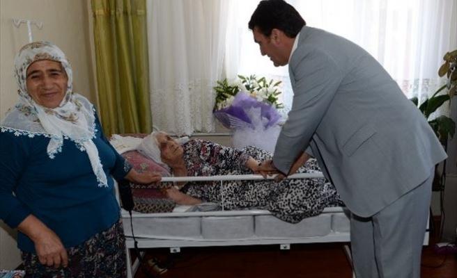 Yatalak Hasta Kadına Ortopedik Yatak