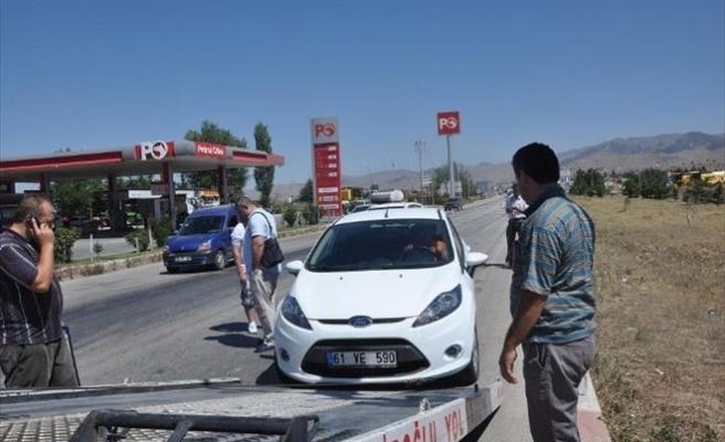 Zincirleme Kazada 3 Araç Birbirine Girdi, 2 Kişi Yaralandı