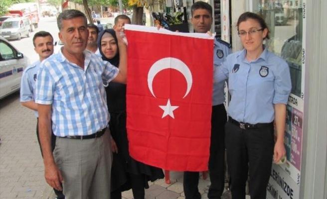 Araban Belediyesi Esnaf Ve Vatandaşlara Türk Bayrağı Dağıttı