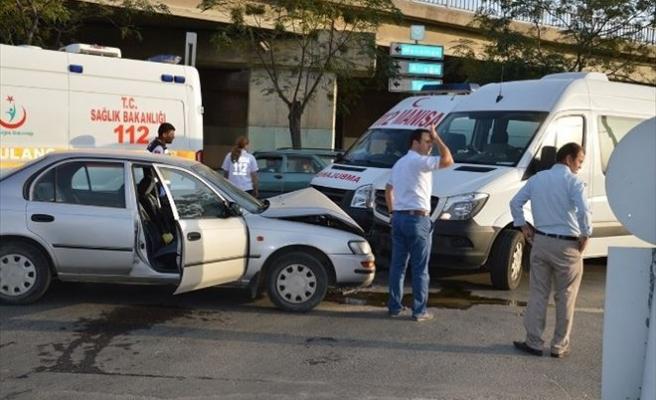 Servis Aracı İle Otomobil Çarpıştı: 2 Yaralı