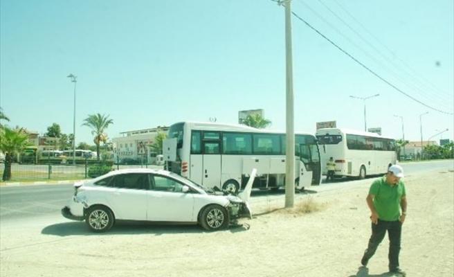 Tur Midibüsü Otomobile Çarptı: 1 Yaralı
