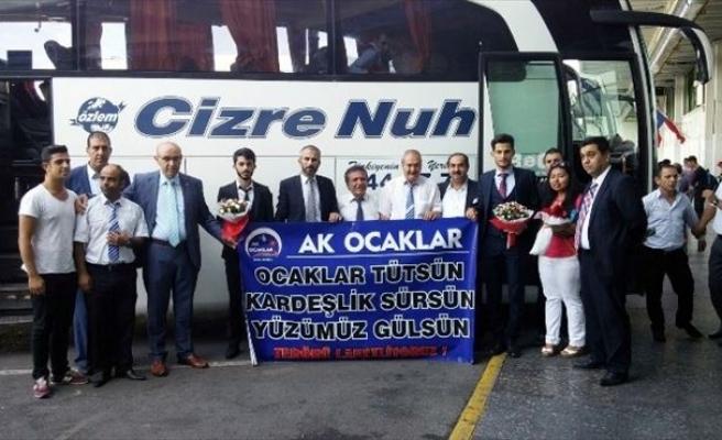 AK Ocakları Güneydoğu Ve Doğu Anadolu'dan Gelen Vatandaşları Karanfille Karşıladı