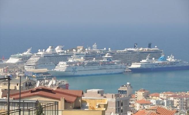Kuşadası'nda 7 Gemiyle 18 Bin Turist Geldi