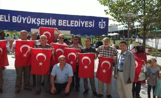 Büyükşehir Binlerce Türkiye Bayrağı Dağıttı