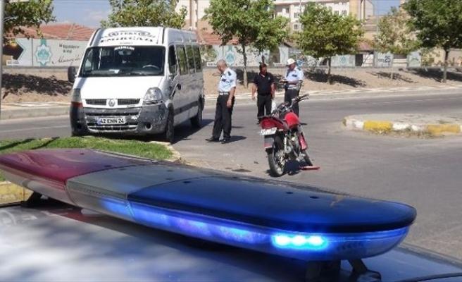 Minibüs Motosiklete Çarptı: 1 Yaralı
