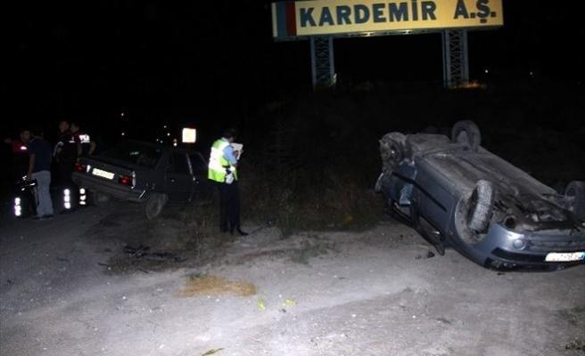 Polisten Kaçan Alkollü Sürücü Park Halindeki Araca Çarptı: 2 Yaralı