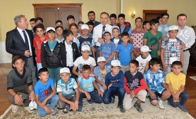 Karayazılı Çocuklar, Vali Ahmet Altıparmak'ı Ziyaret Etti