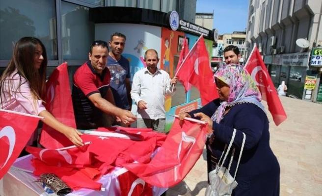 Adapazarı Belediyesi Bayrak Dağıttı