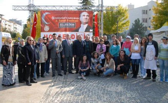 Festivalde Depremzedelere Yardım Standı Kuruldu