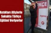 Astıkları afişlerle sokakta Türkçe eğitimi veriyorlar