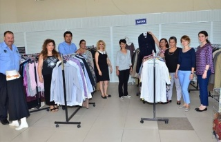 Foça'da Sosyal Market Vatandaşların Yüzlerini...