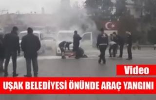 UŞAK BELEDİYESİ ÖNÜNDE ARAÇ YANGINI PANİĞE...