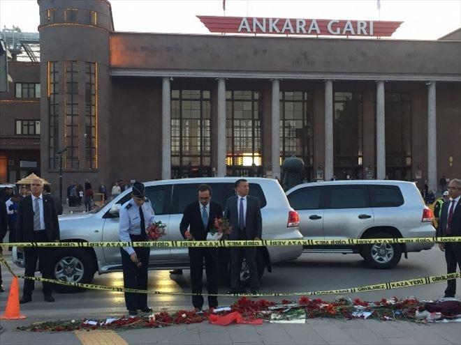 ABD Büyükelçisi Bass Patlamanın Olduğu Alana Çiçek Bıraktı