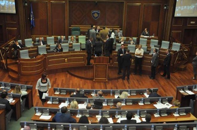 Kosova'da Muhalefet Meclis Kürsüsüne Yürüdü