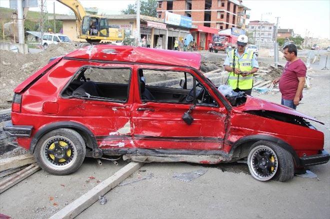 Tır'ın Çarptığı Otomobildeki 2 Kişi Ağır Yaralandı