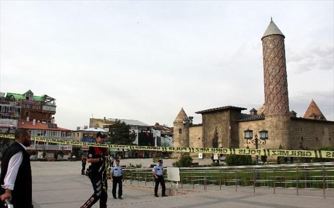 Erzurum'da Şüpheli Çanta Fünyeyle İmha Edildi