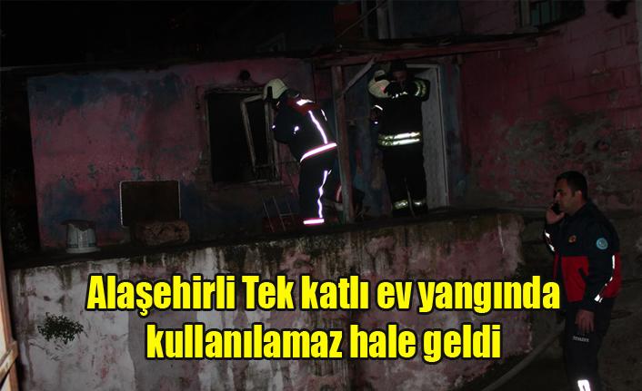 Alaşehir'de Tek katlı ev çıkan yangında kullanılamaz hale geldi