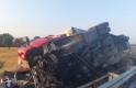 Orta refüjde direğe çarpan tır yan yattı trafik kilitlendi