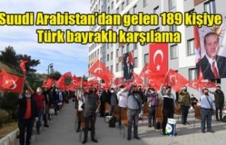 Suudi Arabistan'dan gelen 189 kişiye Türk bayraklı...