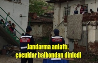 Jandarma anlattı, çocuklar balkondan dinledi