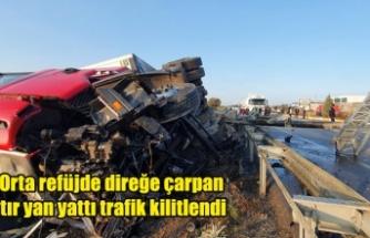 Uşak'ta Orta refüjde direğe çarpan tır yan yattı trafik kilitlendi